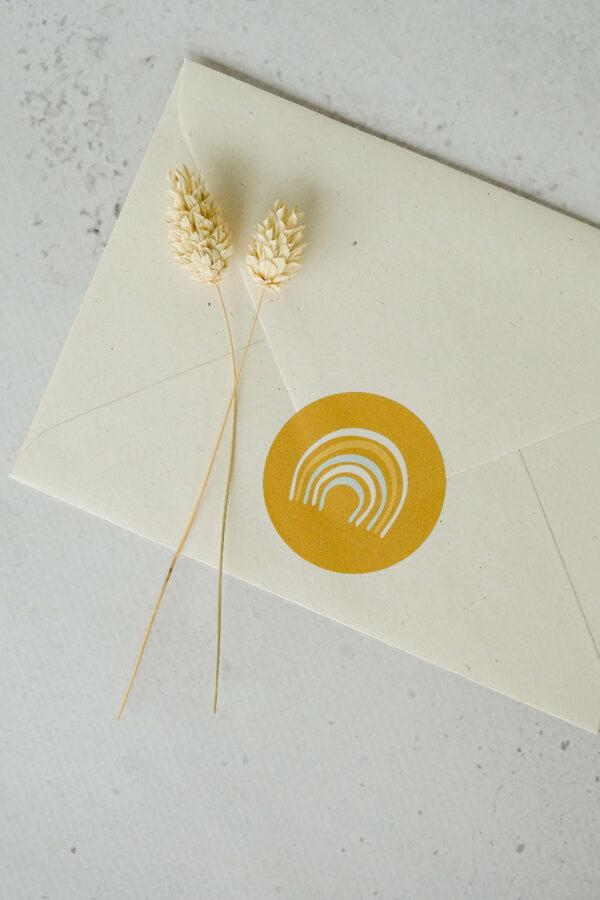 achterzijde enveloppe met sluitsticker geboortekaart