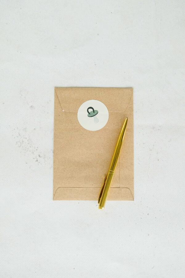 wenskaart met bruine enveloppe en sluitsticker
