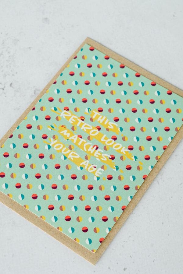 kleurige verjaardagskaart met opschrift op gerecycleerd papier